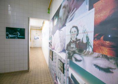 Le couloir carrelé investi par Estelle Zolotoff