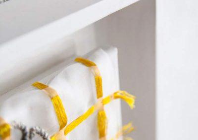 Solenne Jolivet - Croix de corde et soie jaune-